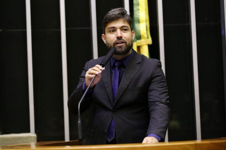 Deputado Pedro Lucas Fernandes discursa no Plenário da Câmara. Ele usa terno escuro, barba e bigode