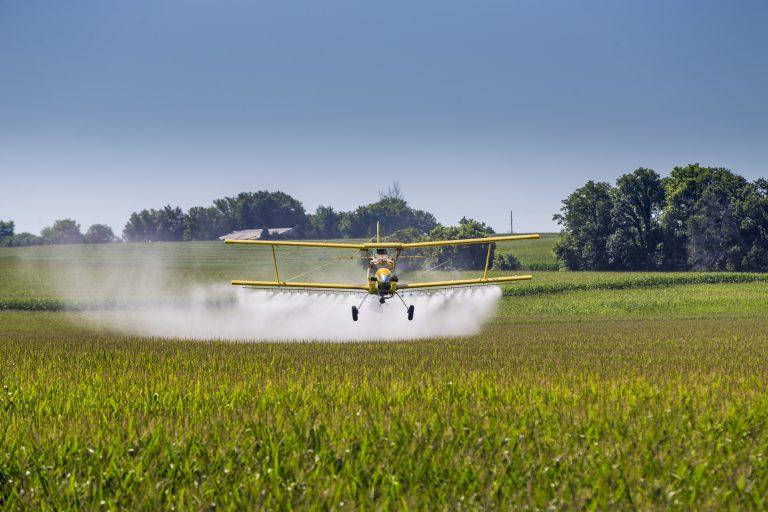 Agropecuária - agrotóxicos - avião plantação