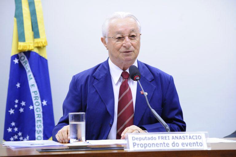 Deputado Frei Anastacio Ribeiro está sentado falando ao microfone