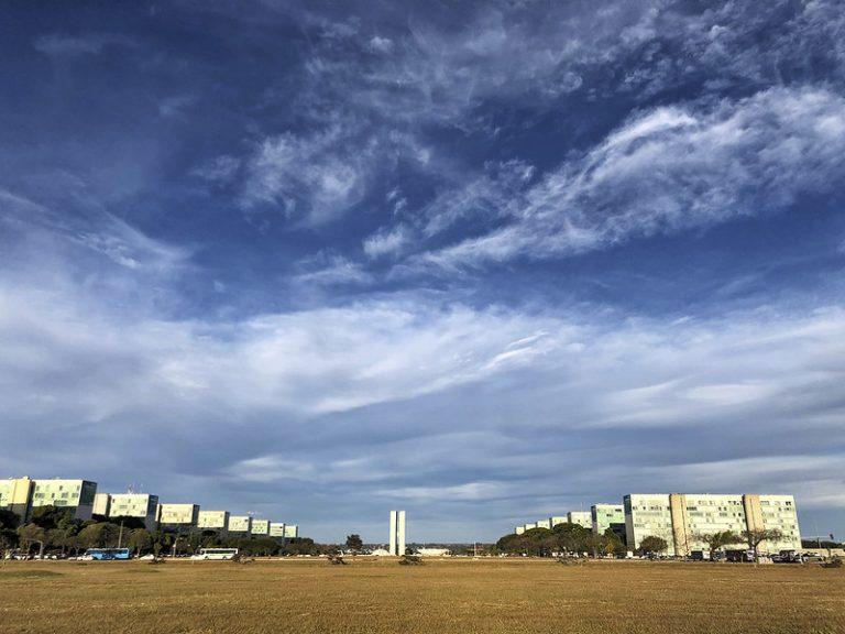 Brasilia - congreso - Vista de la Esplanada dos Ministérios durante el atardecer.