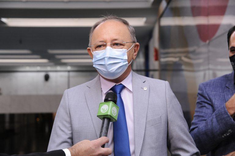 Deputado Benes Leocádio concede entrevista. Ele usa terno cinza claro e máscara facial