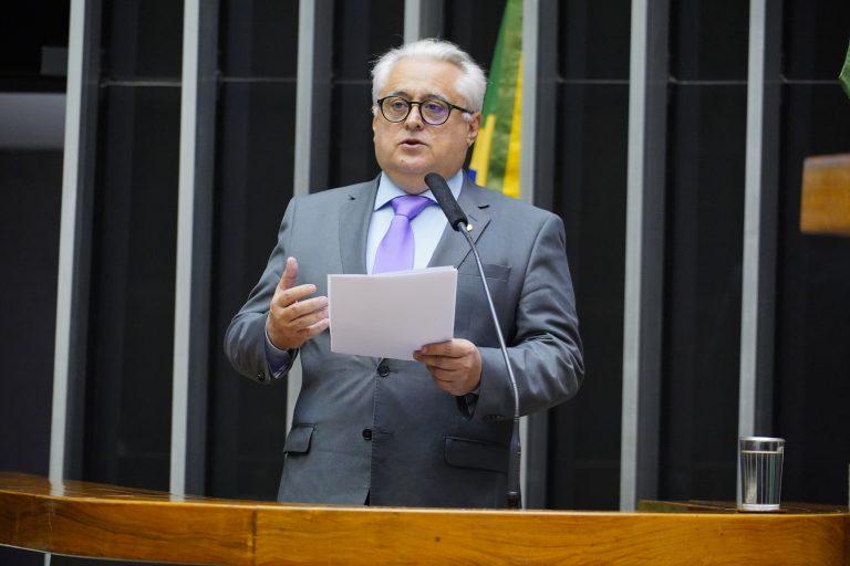Deputado Odorico Monteiro discursa no Plenário da Câmara. Ele usa terno cinza e segura um papel