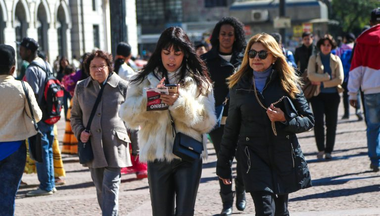 Mulheres caminham na rua