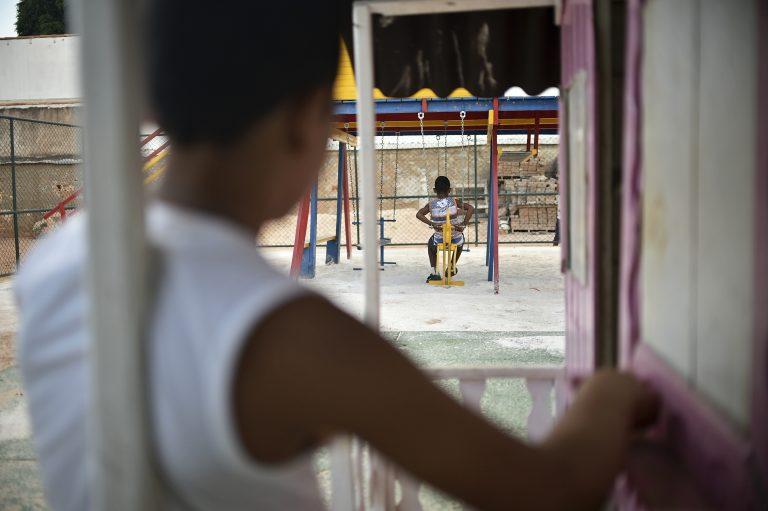 Direitos Humanos - criança - maternidade adoção abrigos família parquinhos brincadeiras
