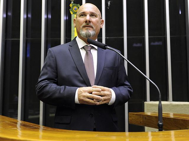 Deputado Cristiano Vale discursa no Plenário da Câmara. Ele é calvo e usa barba e bigode