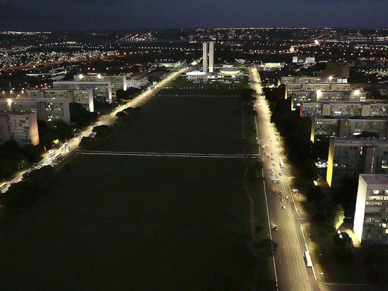 Vista aérea da Esplanada dos Ministérios em Brasília à noite