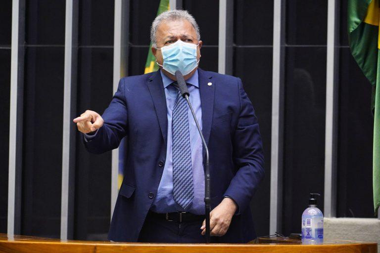 Deputado Elias Vaz discursa no Plenário da Câmara