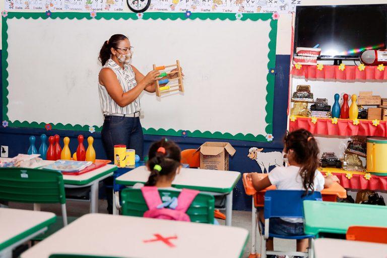 Educação - sala de aula - educação infantil - professor em sala de aula