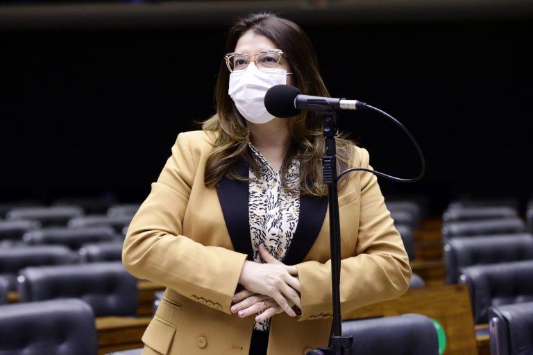 Deputada Carla Dickson discursa no Plenário da Câmara