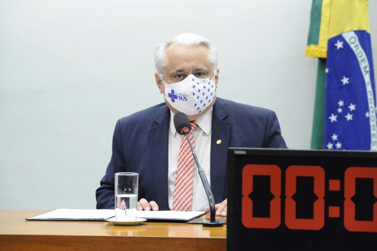 Deputado Odorico Monteiro está sentado falando ao microfone