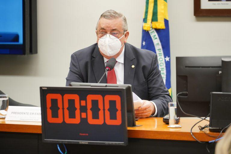 Deputado Jose Mario Schreiner usa máscara facial e fala ao microfone