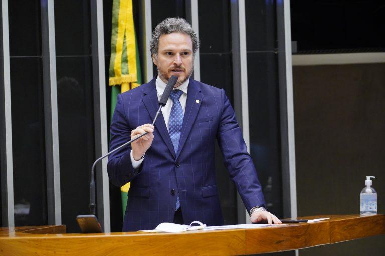 Deputado Fred Costa discursa no plenário