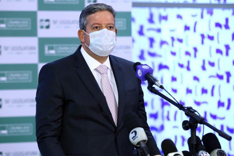 Presidente da Câmara, depurado Arthur Lira, fala ao microfone