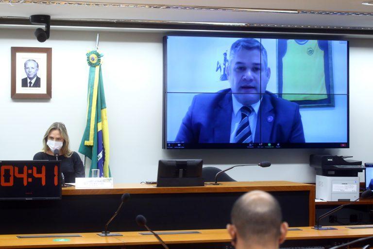 Walmir Mota Campos (telão) propôs uso do esporte como ferramenta de inclusão social