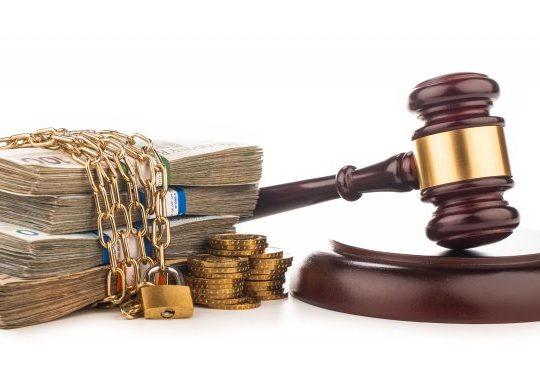 montagem fotográfica com martelo de juiz e dinheiro