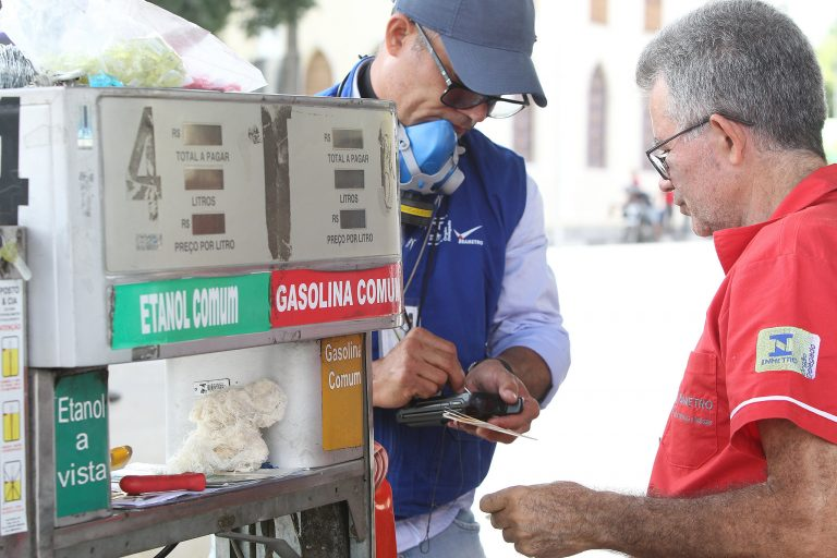 Energia - combustível - fiscalização postos gasolina álcool bombas irregularidades lacração (Operação Posto Legal em Feira de Santana-BA)
