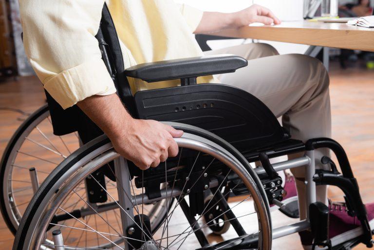 Cadeirante em local de trabalho