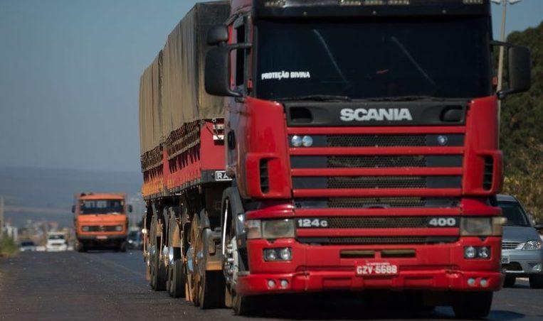 Caminhões trafegam pela BR-040. Cargas; transporte; rodovia.