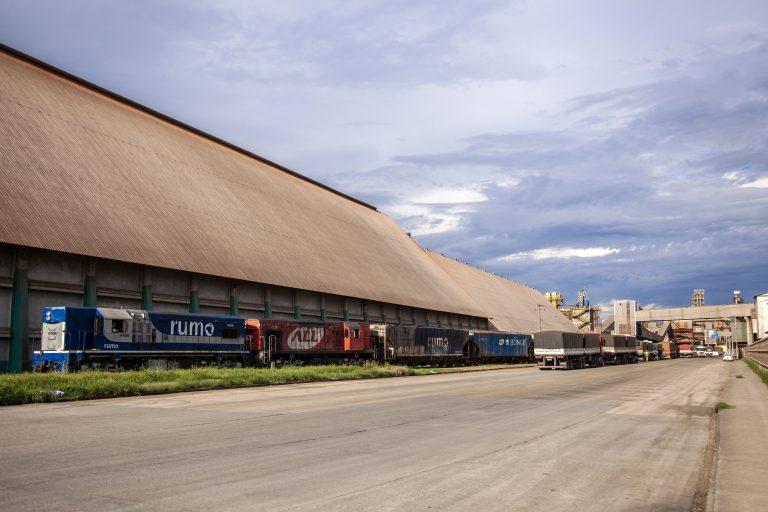 Transporte - barcos e portos - A quantidade de vagões e o volume de cargas movimentadas via ferrovia com origem ou destino ao Porto de Paranaguá aumentaram no primeiro semestre.