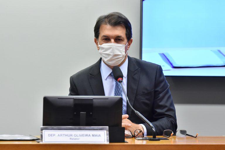 Arthur Oliveira Maia durante reunião de comissão