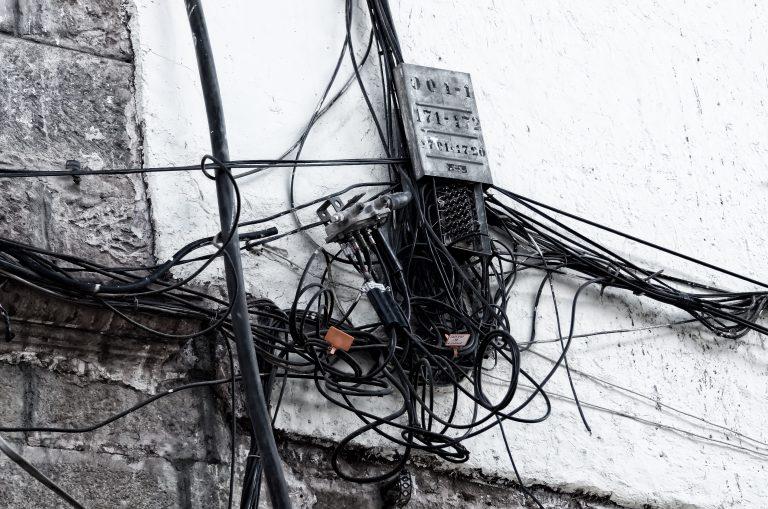 gato de energia elétrica