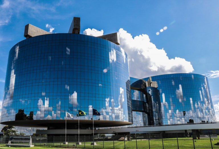 Prédio da Procuradoria-Geral da República em Brasília. Construção cilíndrica e espelhada, Ao fundo o céu azul