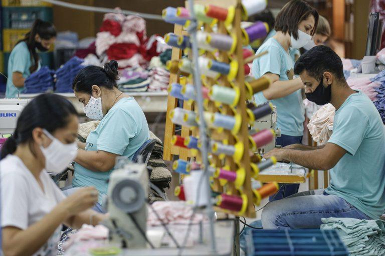 Trabalhadores em confecção de roupas