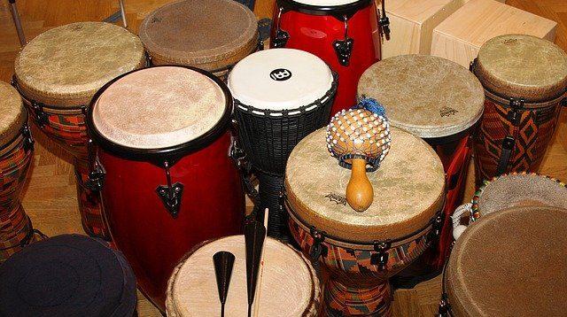 Vários instrumentos de percussão, como tambores, agogô e chocalho