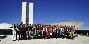 Universitários do estágio-visita reunidos na frente do Congresso Nacional para foto