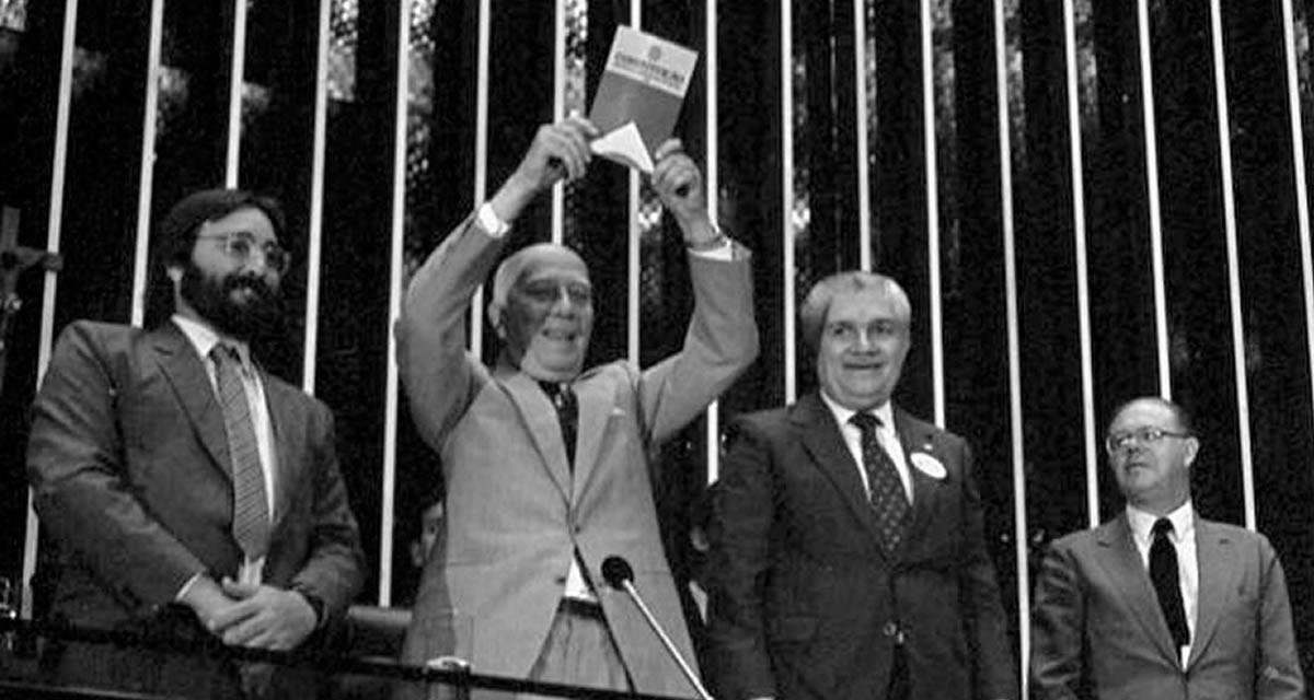 Deputado Ulysses Guimarães mostra no Plenário o primeiro exemplar da Constituição, em 3-10-1988. Foto: Arquivo CD