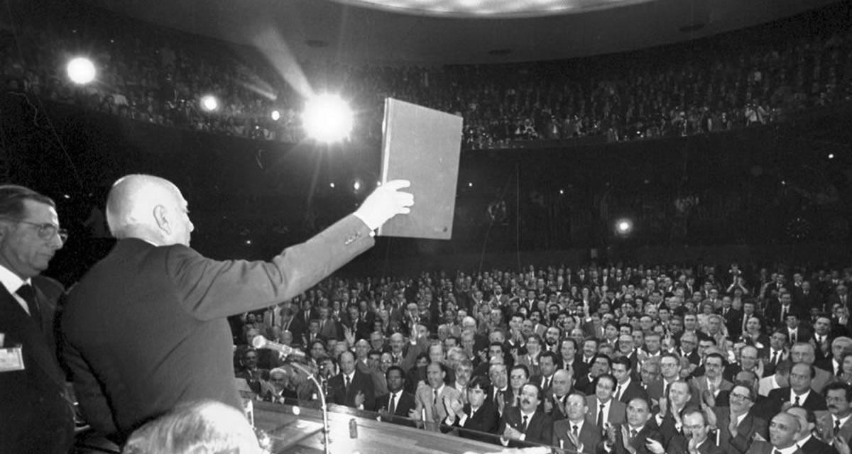 Sessão solene do Congresso Nacional para promulgação da Constituição de 1988, em 5-10-88. Foto: Arquivo CD
