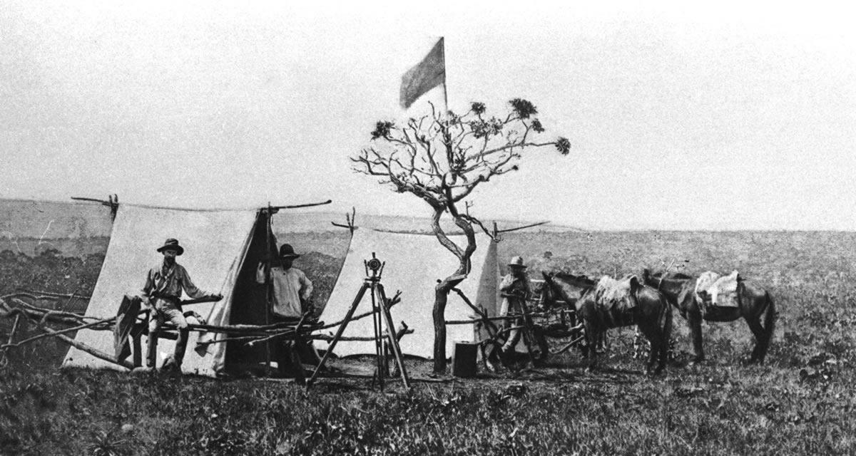 Acampamento da Missão Cruls, de 21 pessoas, chefiada pelo geógrafo belga Louis Ferdinand Cruls, que demarcou a área do Distrito Federal no final do século 19. Foto: Arquivo Público do DF