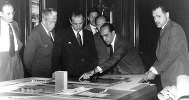 Arquiteto Oscar Niemeyer apresenta plantas para JK e o primeiro prefeito de Brasília, Istael Pinheiro (às esq. de JK), junto à maquete da praça dos Três Poderes. Foto: Arquivo Público do DF
