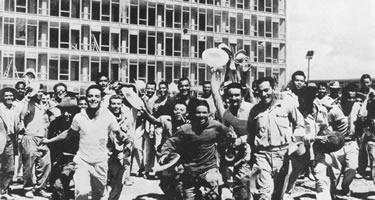 Operários que trabalharam na construção de Brasília no dia da inauguração da nova capital, em 21-04-1960. Foto: Arquivo Público do DF