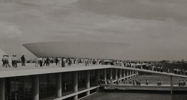Multidão sobe no prédio do Congresso, no dia da inauguração de Brasília, em 21-04-1960. Foto: Arquivo Público do DF