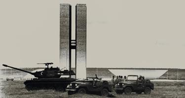 Prédio do Congresso Nacional vigiado por tanques do Exército após o golpe militar de 1964. Foto: Arquivo Público do DF