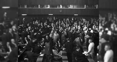 Sessão da Câmara em 9-4-1964, com as galerias cheias. Nesse dia foi decretado AI-1, que permitiu a cassação de mandatos legislativos e a suspensão dos direitos políticos de qualquer cidadão. Foto: Arquivo CD