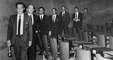No recesso legislativo decretado pelo general Castelo Branco em 19-10-1966, as tropas deixaram o Congresso na escuridão. Foto: Arquivo CD