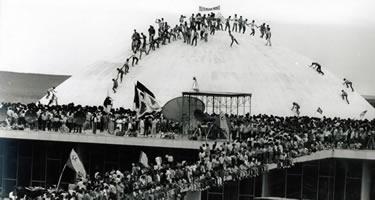 Multidão festeja a eleição do presidente Tancredo Neves no Colégio Eleitoral, em 1-1-1985. Foto Arquivo ABR