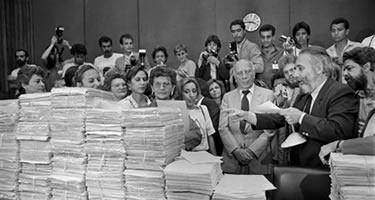 Deputado Ulysses Guimarães, presidente da Constituinte, recebe emendas populares para o texto da Constituição. Foto: Arquivo CD