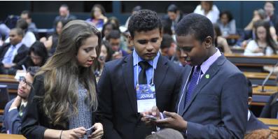 Estudante do ensino médio conversando no Parlamento Jovem