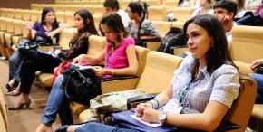 Foto de universitários em reunião do Projeto Politeia